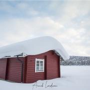 Cabane au bord d'un lac gelé