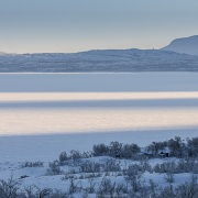 Ombre et lumière sur un lac gelé