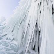 En bordure du lac gelé: stalactites de glace