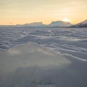 Lever de soleil sur le lac gelé