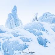 """""""Montagne de glace"""" en bordure d'un lac gelé"""