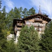 Grisons: Bâtiment dans la verdure, Saint Moritz